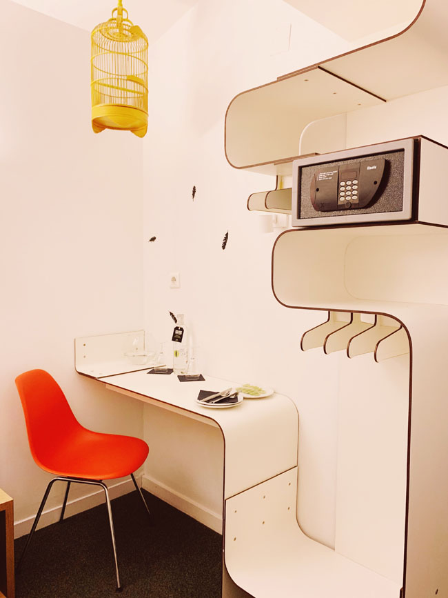 Where to stay in Lisbon - Gat Rooms Rossio - desk, shelf, details