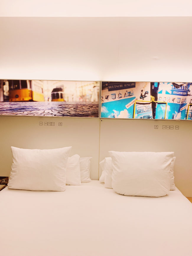 Where to stay in Lisbon - Gat Rooms Rossio - bed and lamp